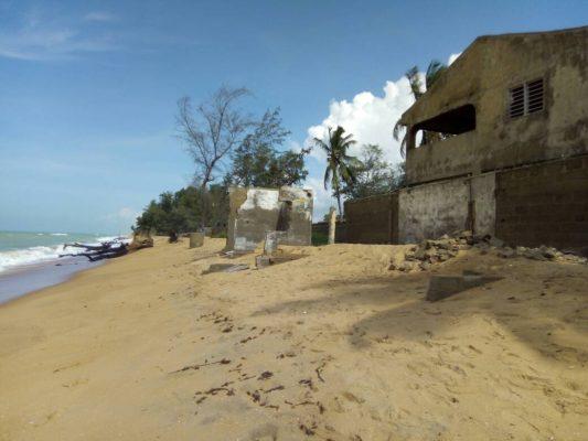 Les dégâts de l'avancée de la mer à Agoué